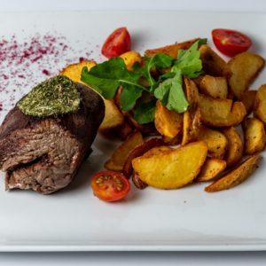 Biftek Juneći file, tikvica, patlidžan, paprika, šampinjoni, paradajz, crveni luk, krompir, fefer sos, začini
