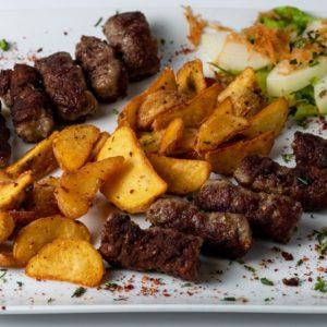 Cevapi Roštilj meso, crveni luk, pekarski krompir