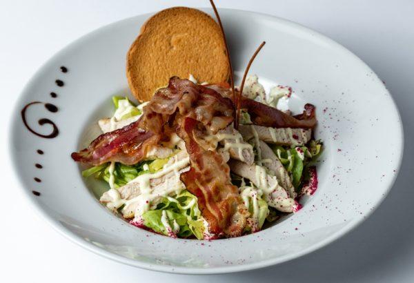 Cezar salata sa piletinom i slaninom uz zelenu salatu i preliv