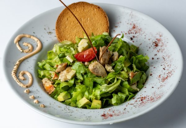 Cile salata upotpunjena komadicima pileceg bijelog mesa