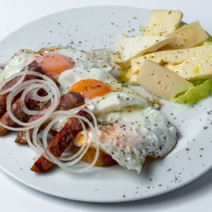 Crnogorski dorucak jaja, kobasica, sir, zelena salata