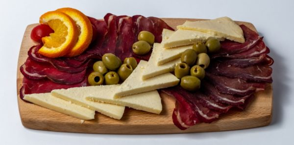 Crnogorski tanjir za dvoje Pršuta, dimljeni njeguški sir, domaći sir ,masline