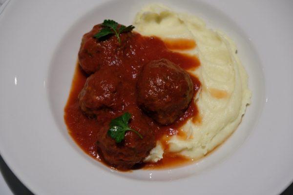 Cufte krompir pise, paradajz sos, zacini