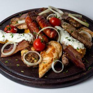 Desetka mix za dvoje na dasci Ćevapi, uštipci, domaća slanina, kobasica, piletina, popeci, bijela vješalica, aromatizovani krompir