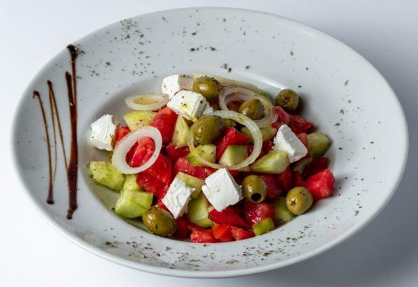 Grcka salata sa piletinom uz dodatak paradajza, krastavca, maslina, sira i crnog luka
