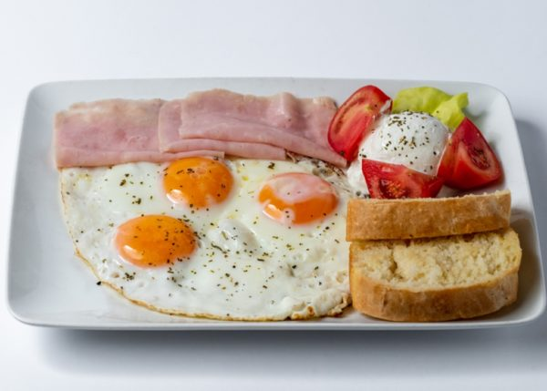 Hemendeks jaja, sunka, pavlaka, paradajz, zelena salata, hleb