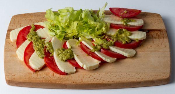 Kapreze salata sa paradajzom,sirom i zelenom salatom posluzeno na dasci