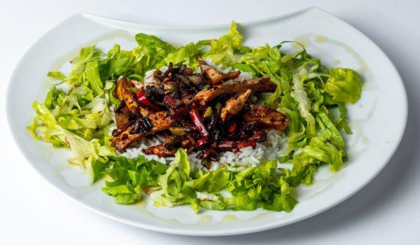 Kineska piletina sa rizom riza, zelena salata, piletina, maslinovo ulje