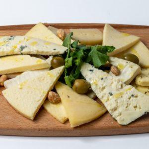 Mix najukusnijih sireva Domaći sir, gorgonzola, dimljeni sir, mozzarella