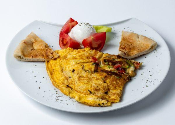 Omlet sa povrcem pavlaka, zelena salata, paradajz, hleb