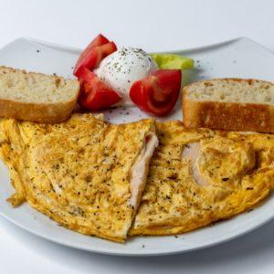 Omlet sa sunkom zelenom salatom, paradajzom, hlebom
