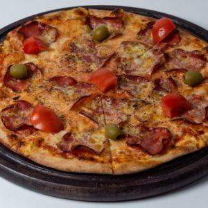 Pizza Bresaola Pelat, mozzarela, goveđa prsuta, dimljeni sir, čeri paradajz, masline