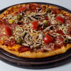 Pizza Desetka Pelat, mozzarella, šunka, kulen gorgonzola, šampinjoni, čeri paradajz, masline