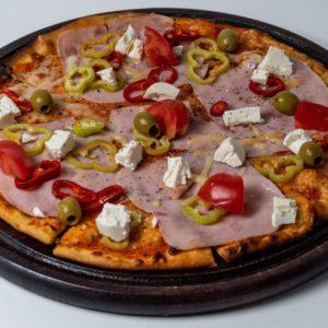 Pizza Mediterana Pelat, mozzarella, šunka, paprika, čeri paradajz, feta sir, masline
