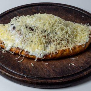 Pizza piroska Pelat, mozzarella, šunka, šampinjoni, pavlaka