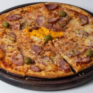 Pizza Salsicita Pelat, mozzarella, kobasica, dimljeni sir, jaje, masline