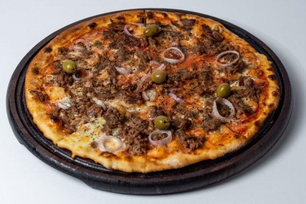 Pizza tuna Pelat, mozzarella, tunjevina, crni luk, masline servirano na dasci