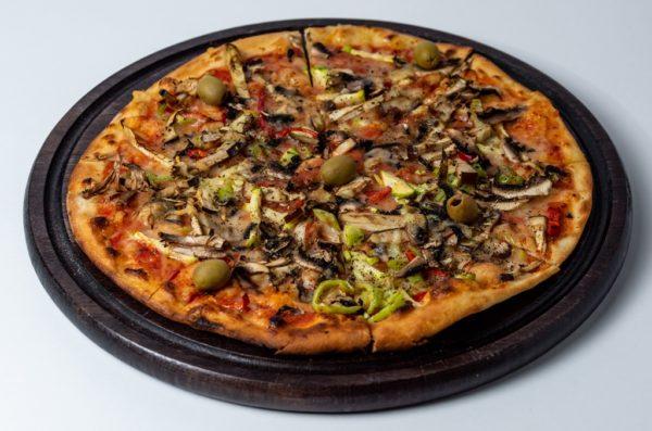 Pizza Vegeterijana Pelat, mozzarella, tikvice, patlidžan, paprika, šampinjoni, masline