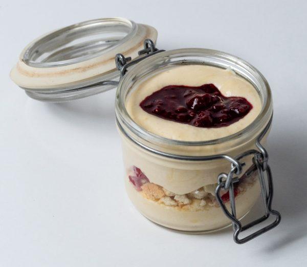 Raspberrymisu Domaće maline sa bijelom čokoladom i hrispi mrvicama, u kombinaciji sa vazdušastom kremom od sira i baileysa