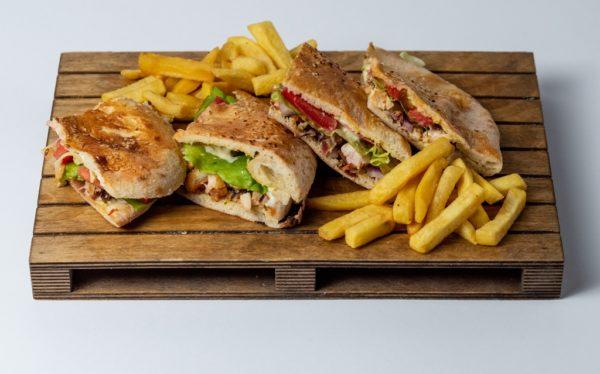 Royal sendvic Pileći file, royal sos, crveni luk, pančeta, zelena salata, paradajz, pomfrit, lepinja