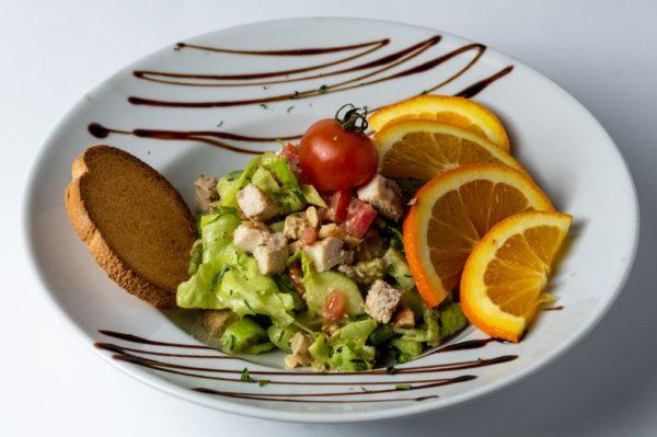 Salata sa piletinom uz pravi zacin sa dodatkom Cherry paradajza i narandze
