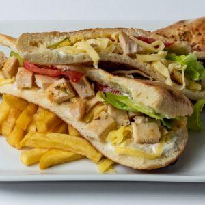 Sendvic sa piletinom Pileći file, sir, namaz, zelena salata, paradajz, pomfrit, lepinja