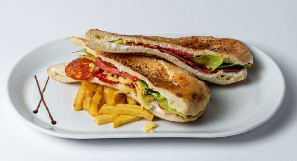 Sendvic sa kulenom Kulen, sir , namaz , zelena salata , paradajz , pomfrit , lepinja
