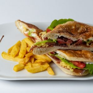 Sendvic sa prsutom Njeguški pršut, kajmak, zelena salata, paradajz, pomfrit, lepinja