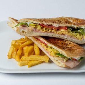 Sendvic sa sunkom Šunka , sir , namaz , pečurke , kisjeli krastavci, zelena salata, paradajiz, lepinja
