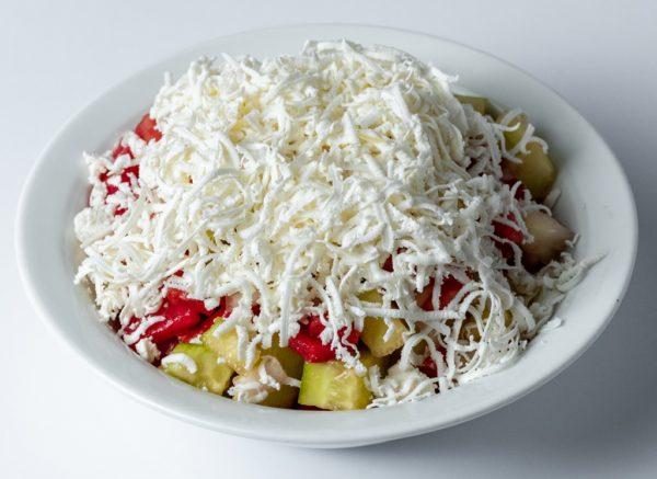Sopsta salata sa dodatkom domaceg sira sa nasih prostora