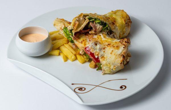 Tortilja klub sa prsutom paradajzom i zelenom salatom uz dodatak sosa i pomfrita