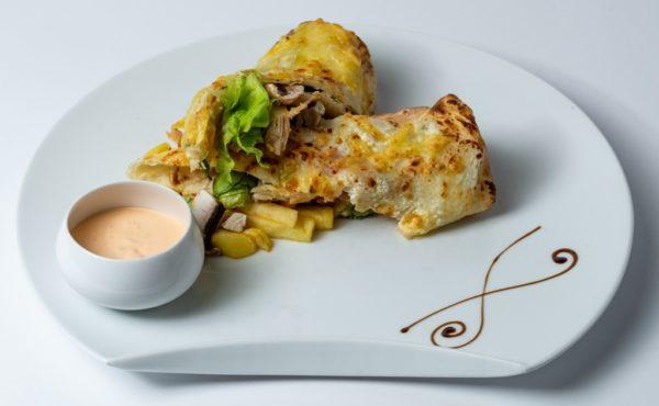 Tortilja sa piletinom i zelenom salatom uz dodatak sosa i pomfrita