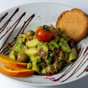 Tuna salata povrce i tunjevina dobra kombinacija za ukusan zalogaj