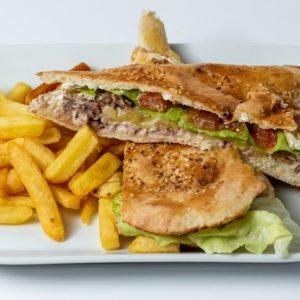 Sendvic sa tunjevinom Tunjevina, sir, senf, grilovano povrće, pomfrit, lepinja