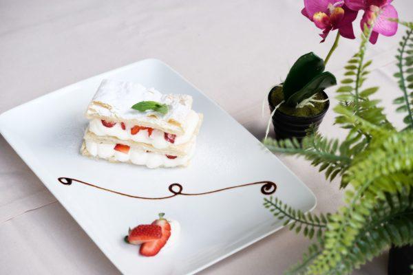 Krempita sa jagodama uz najljepse dekorisan tanjir