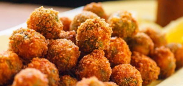 Pohovane masline Domaće masline u tempuri sa salsom od majoneza, kisjelih krastavaca i sitno sjeckanog peršuna