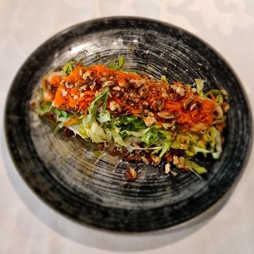 Vitaminska salata Kupus, šargarepa, zelena salata, tikvice, šampinjoni, orasi, dresing