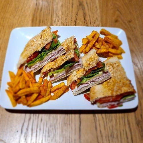 Desetka sendvic Pečenica, njeguški sir, ruska salata, zelena salata, pomfrit, lepinja