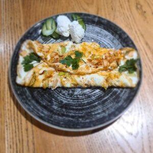 Hrskavi omlet sa piletinom na tanjiru Pet bjelanaca, tikvice , pileci file , urda sir , proteinski hleb