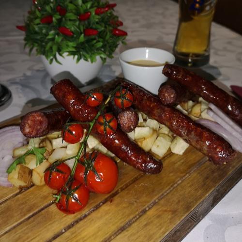Domaca dimljena juneca kobasica Sosevi, crveni luk, aromatični krompir
