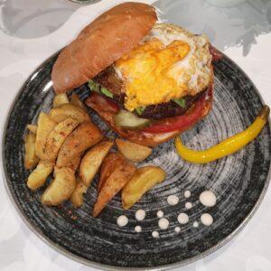 Gurmanski burger 100% junetina, slanina, kajmak, jaje, zelena salata, paradajz, pomfrit