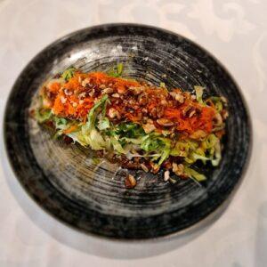 Proljecna salata Kupus, šargarepa, zelena salata, tikvice, šampinjoni, orasi, dresing