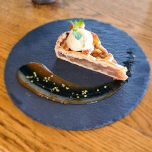 Pita sa jabukama na dasci Prhko tijesto punjeno domaćim jabukama i cimetom, sladoled od vanile